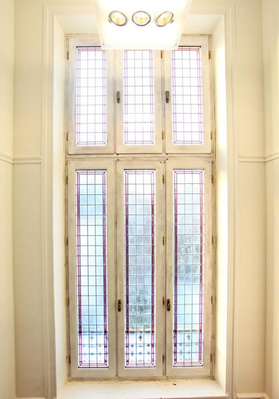 Fenêtre en bois avec vitraux incorporés