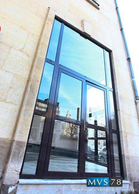 Porte d'entrée d'immeuble en aluminium